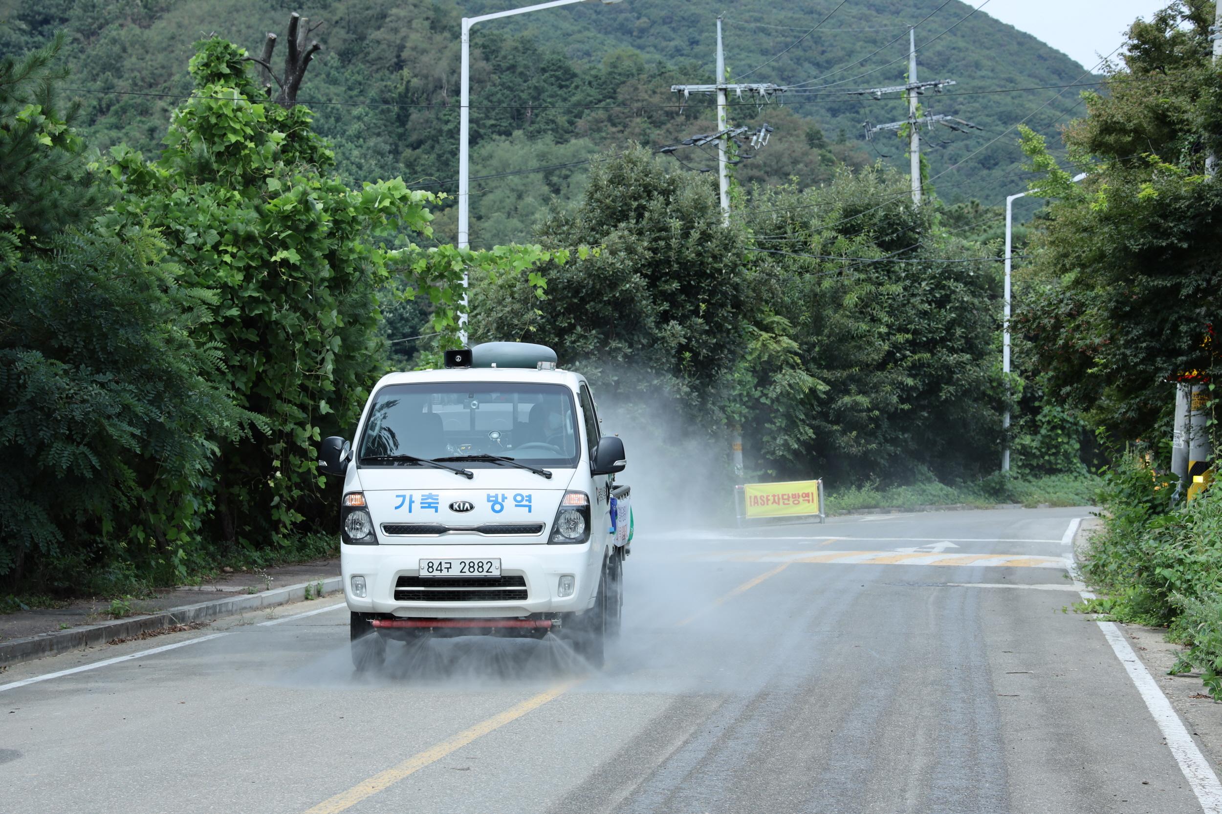 이천시는 활용 가능한 모든 소독지원 차량으로 이천시 전역을 빈틈없이 소독하고 있다 (1).JPG