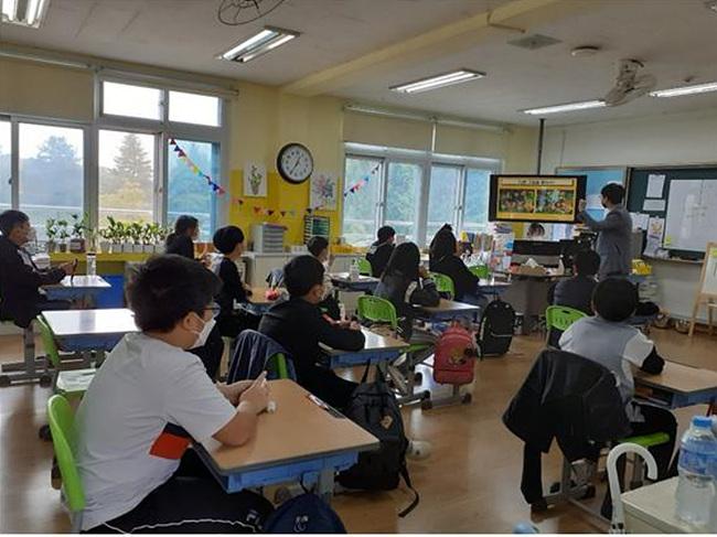 02-1 지난 14일 오선초 5학년 학생들이 다문화이해강사의 인식개선 강의를 듣고 있는 사진.jpg